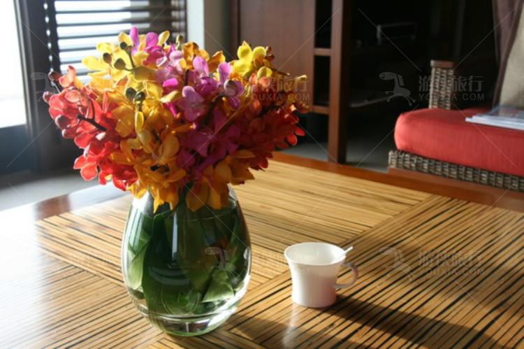 屋里还摆着鲜花