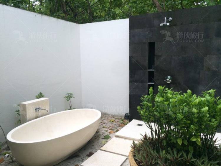 室外的浴缸和淋浴
