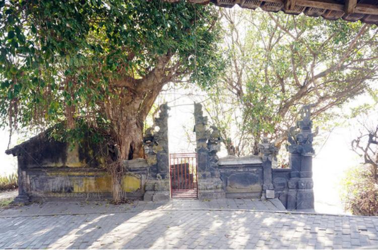 小庙宇的门口