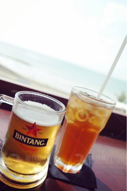 吹着海风,喝着冰饮