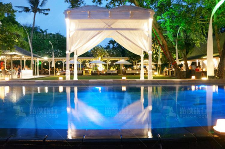餐厅后面的泳池