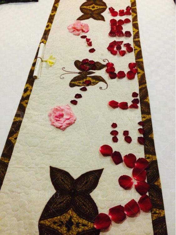 床上用花瓣摆的图案