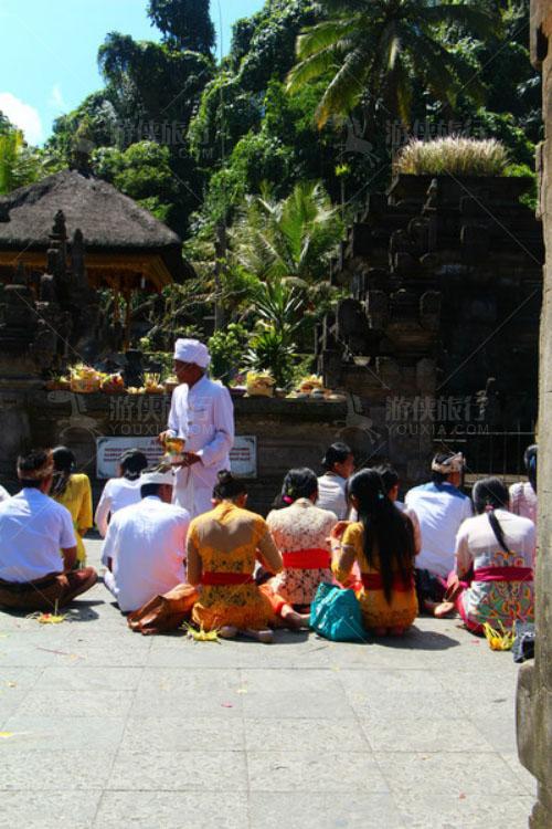 寺庙里面有一场宗教活动