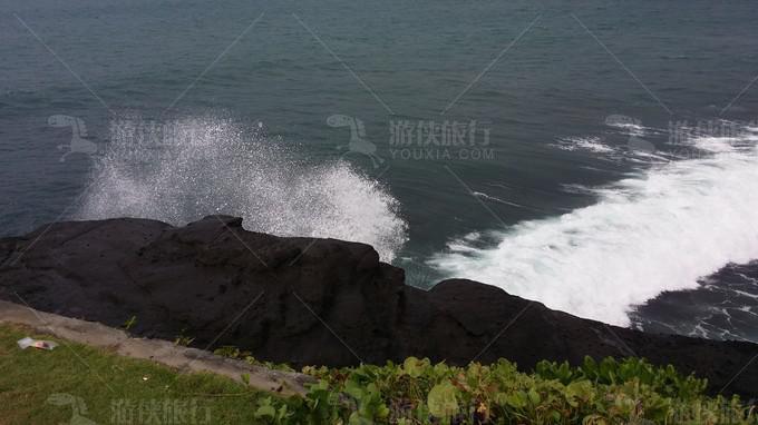 海浪非常大,拍打在岩石上