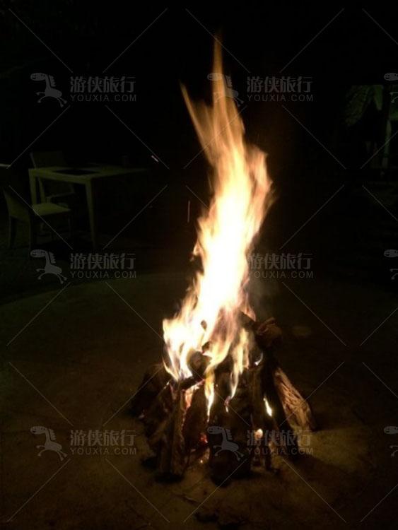 无边泳池边点燃篝火