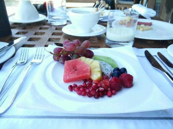 别墅内香槟早餐
