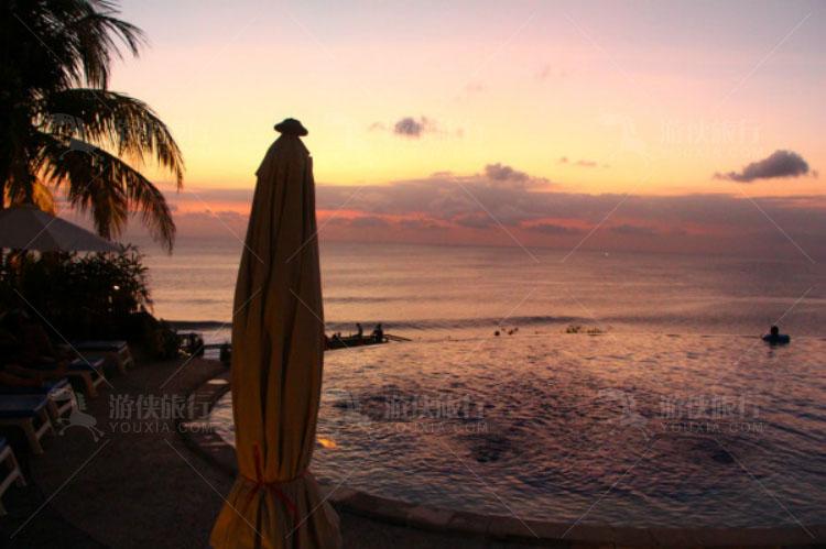 泳池旁边安安静静的等待日落。