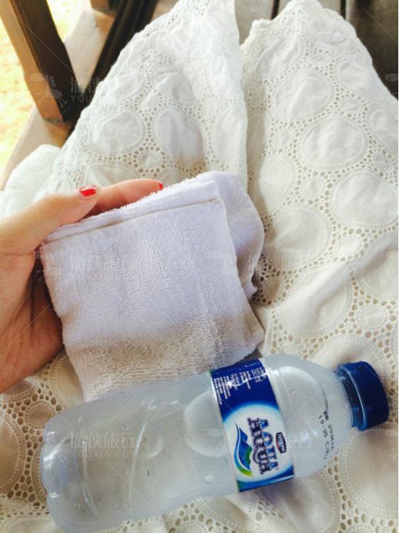 一瓶冰水和冰毛巾让我们消暑