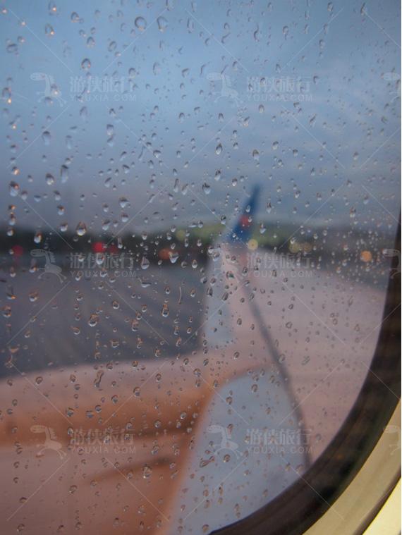 候机大厅外面就下起雨