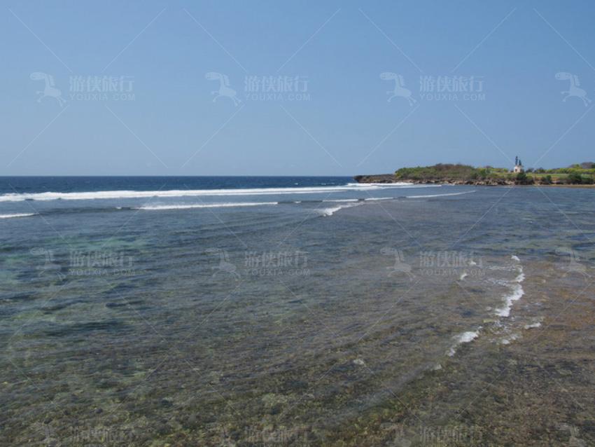 酒店的海滩走过一点有个小海湾