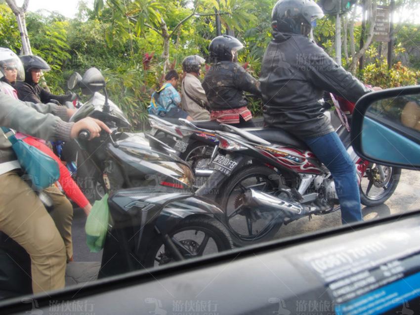 巴厘岛的主要交通工具是摩托车