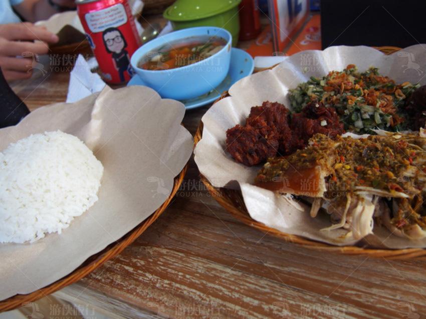 印尼当地的特色菜乳猪饭