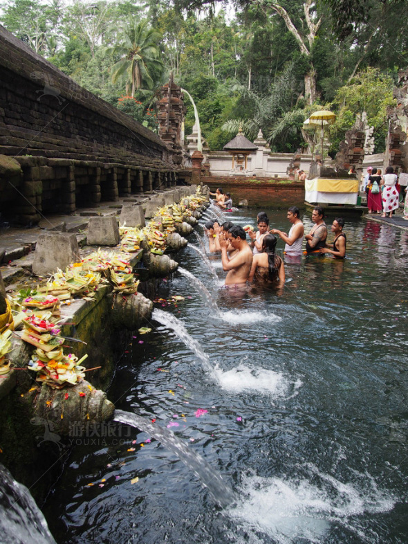 当地的民众都在排队接受圣泉的洗礼