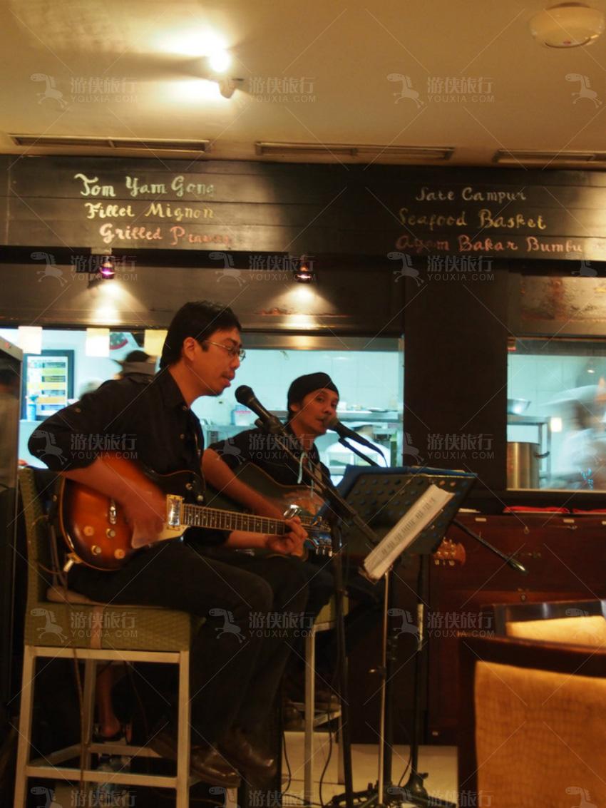 Bali Collection商业区的每间餐厅都有驻场歌手