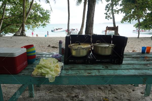 无人岛导游给我们做好吃的海鲜大餐