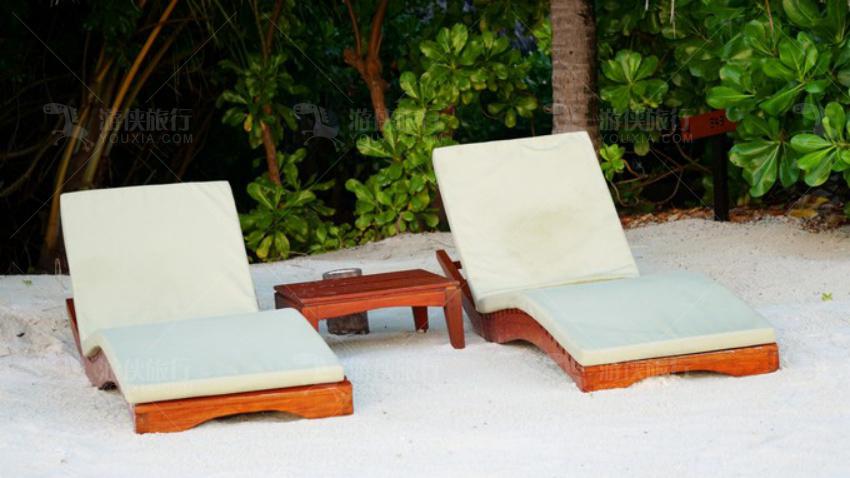 沙滩上有躺椅