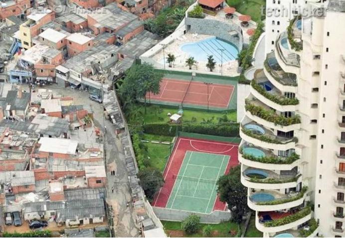 巴西的贫民区和富人区的分界线