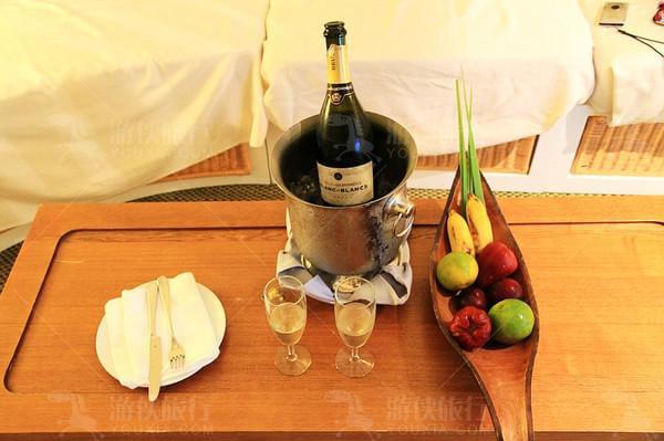 蜜月香槟与水果