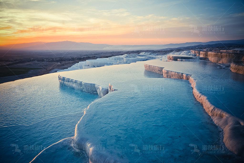 土耳其棉花堡温泉。层次分明的牛奶白石灰岩阶梯地形,远看就像一团团绽开的棉花,棉花城堡之名由此得来