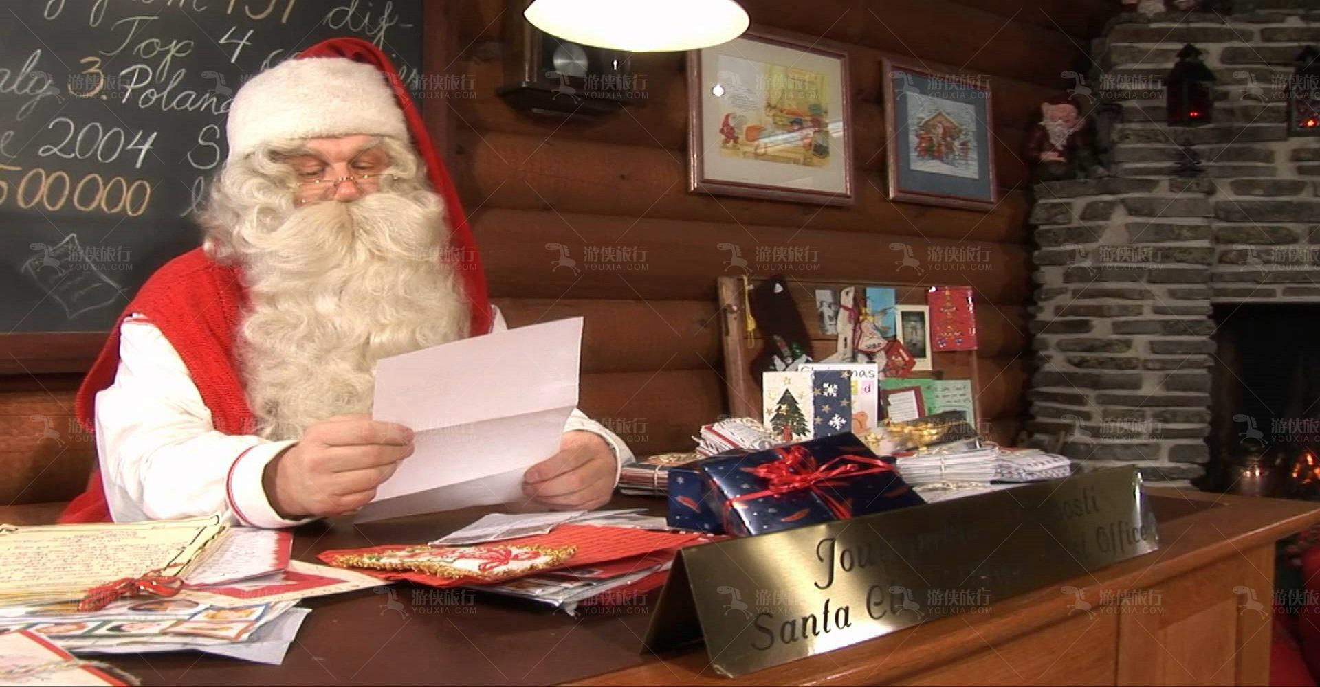 圣诞老人在阅读信件