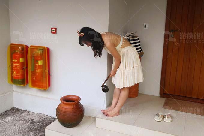 房间门口放着一个褐色陶罐