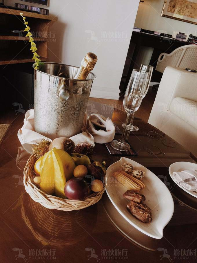 蜜月套餐附送免费的水果曲奇和一瓶Sparkling