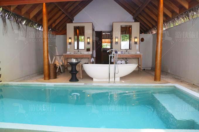 前院围墙内的露天洗漱间和私人泳池