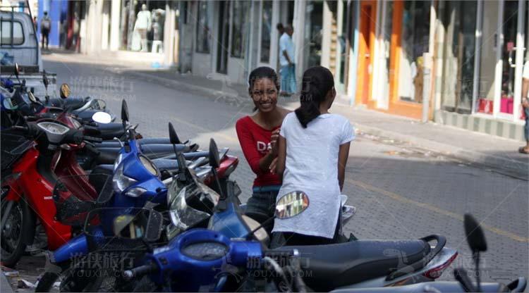 马累街头的年轻女孩
