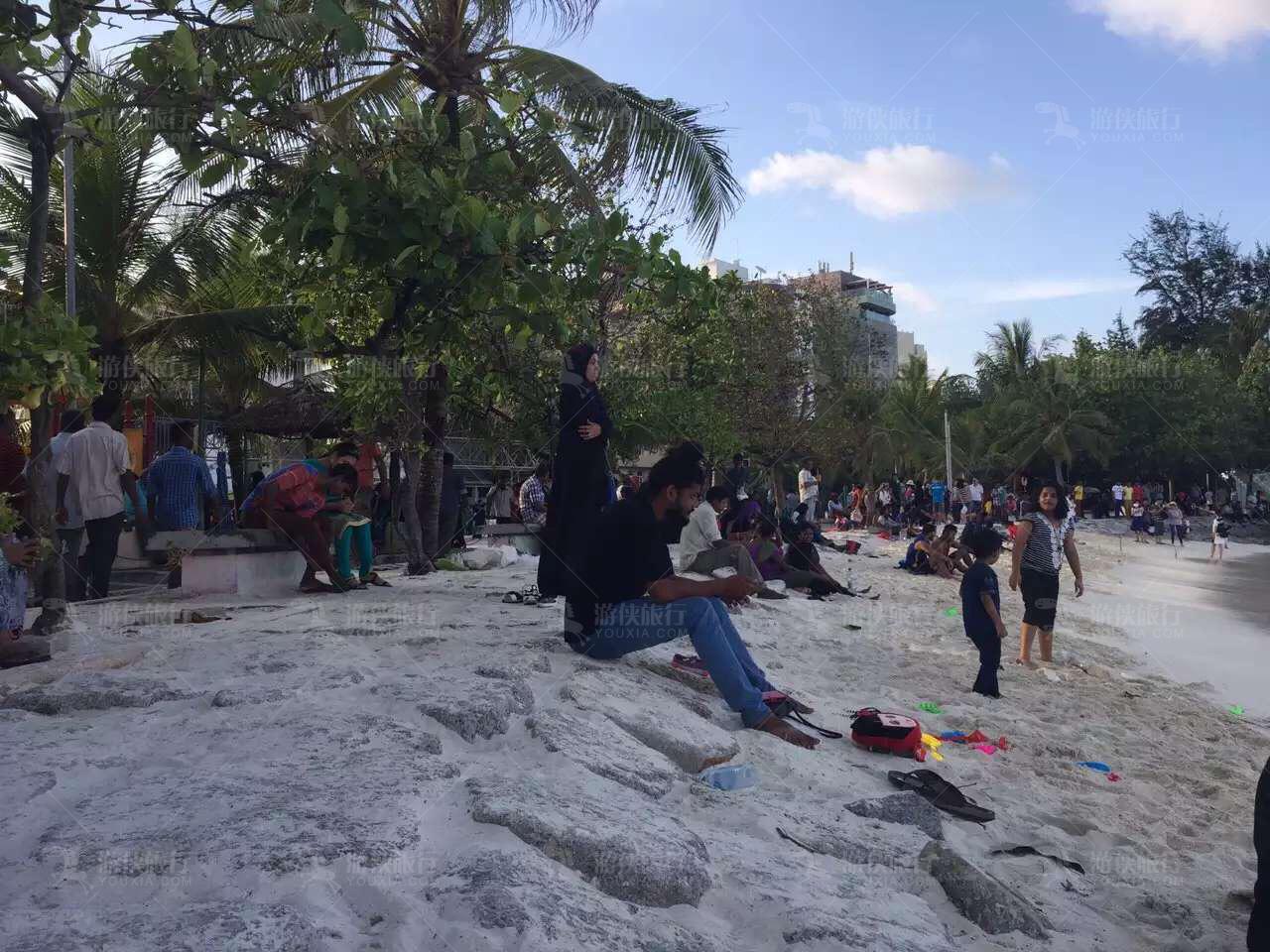 马累沙滩嬉戏的人们